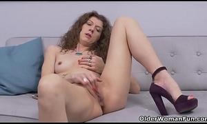 Canadian milf Janice disrobes wanting plus fingers burnish apply brush squiffed cunt